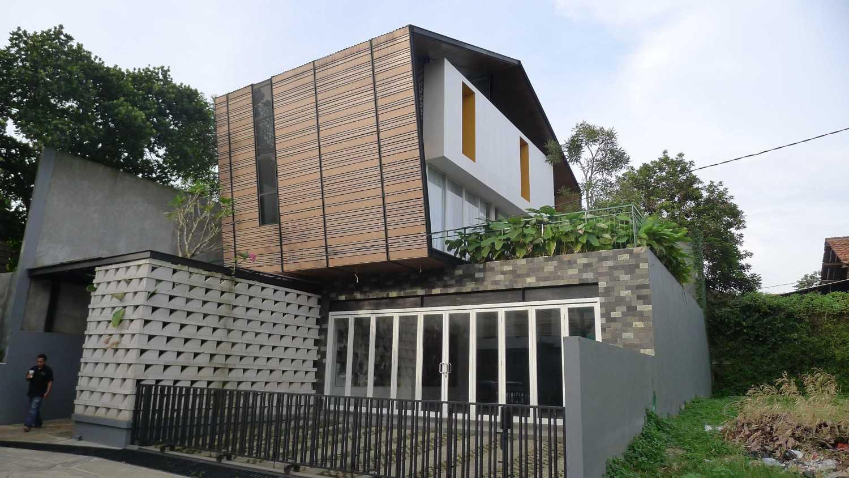 Foto inspirasi ide desain exterior Facade oleh Parametr Indonesia di Arsitag