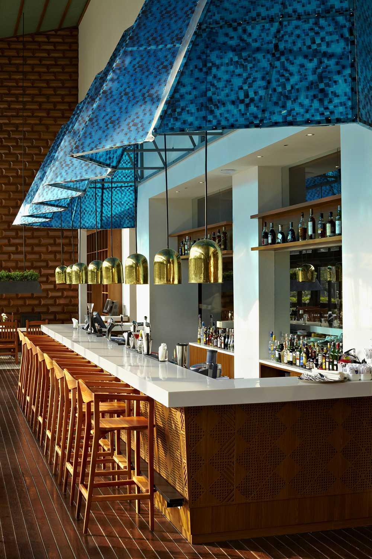 Foto inspirasi ide desain restoran kontemporer Bar area oleh Alvin Tjitrowirjo, AlvinT Studio di Arsitag