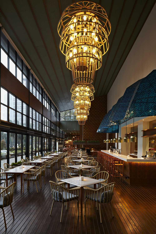 Foto inspirasi ide desain ruang makan kontemporer Dining area oleh Alvin Tjitrowirjo, AlvinT Studio di Arsitag