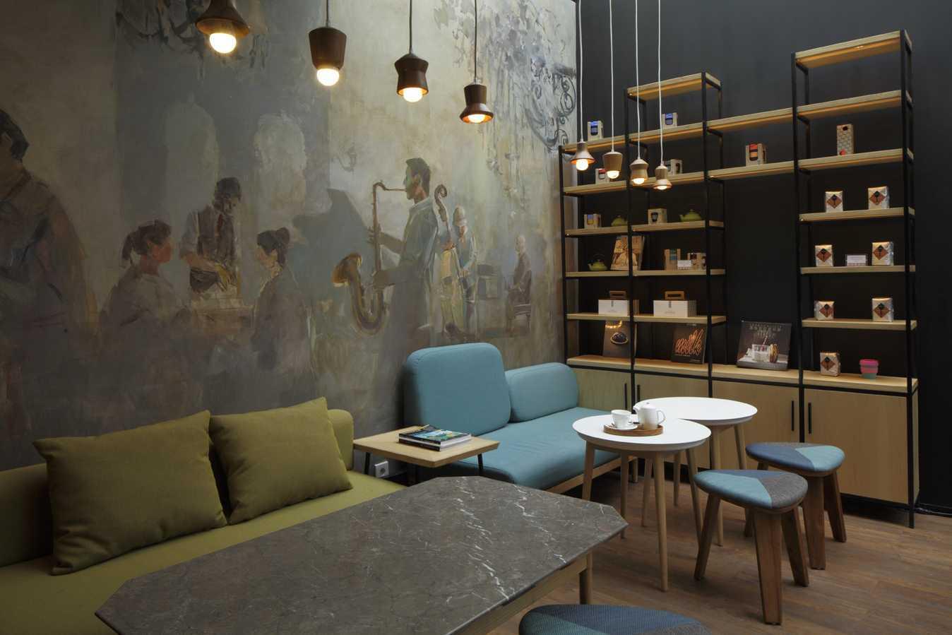 Foto inspirasi ide desain restoran industrial Seating area interior view oleh Alvin Tjitrowirjo, AlvinT Studio di Arsitag