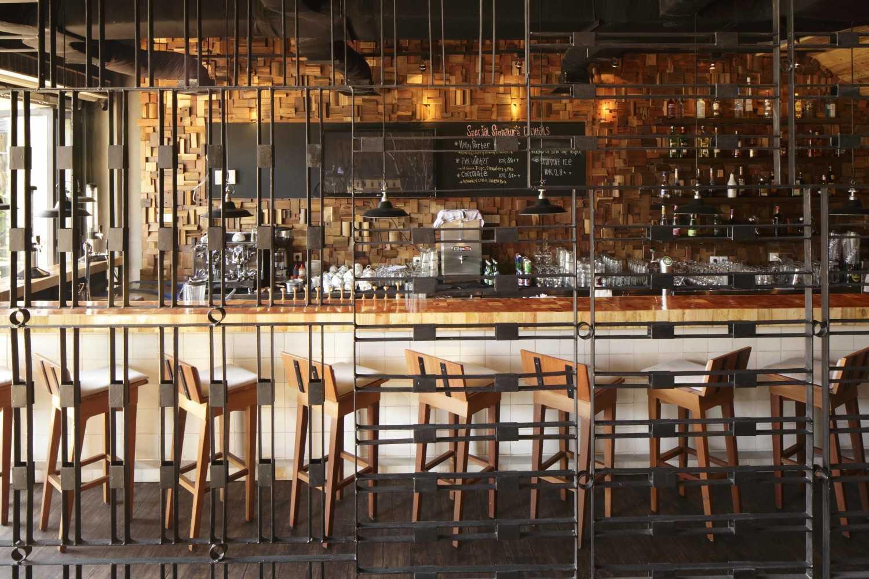 Foto inspirasi ide desain industrial Bar area oleh Alvin Tjitrowirjo, AlvinT Studio di Arsitag