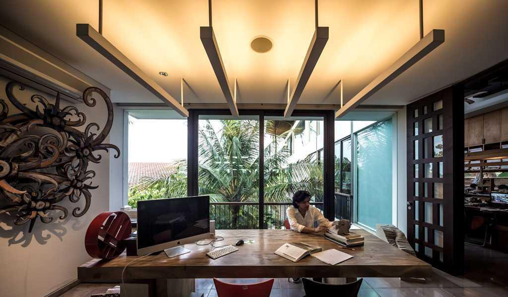 Foto inspirasi ide desain ruang kerja Working area oleh HAN AWAL & PARTNERS di Arsitag