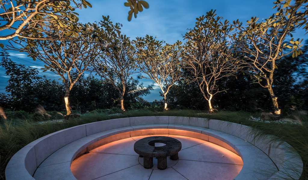 Foto inspirasi ide desain kantor Outdoor seating area oleh HAN AWAL & PARTNERS di Arsitag