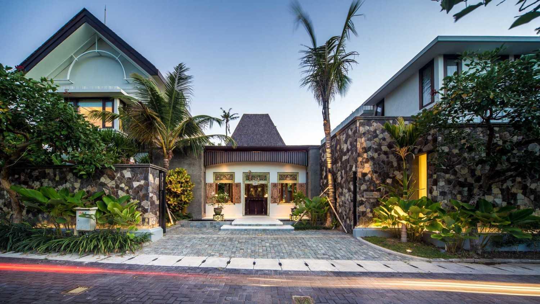 Foto inspirasi ide desain rumah Front view oleh HAN AWAL & PARTNERS di Arsitag
