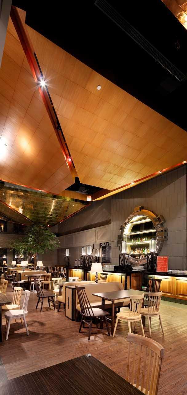 Foto inspirasi ide desain atap Ceiling details oleh MA-RU di Arsitag