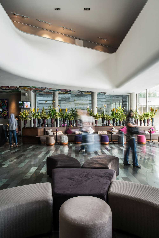 Foto inspirasi ide desain lobby Lobby hotel oleh Aboday Architect di Arsitag