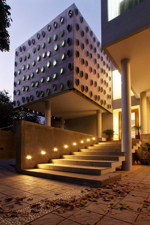 Foto inspirasi ide desain kontemporer Exterior view oleh Aboday Architect di Arsitag