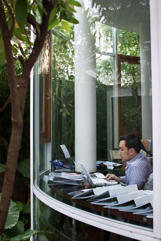Foto inspirasi ide desain ruang kerja kontemporer Workspace view oleh Aboday Architect di Arsitag