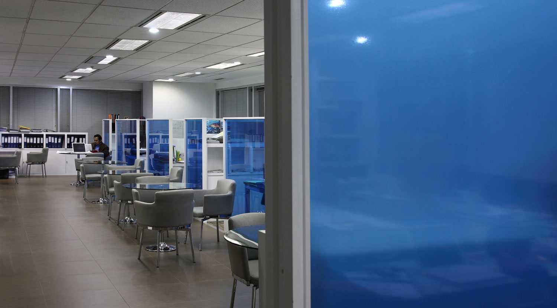 Foto inspirasi ide desain ruang kerja minimalis Workspace oleh Aboday Architect di Arsitag