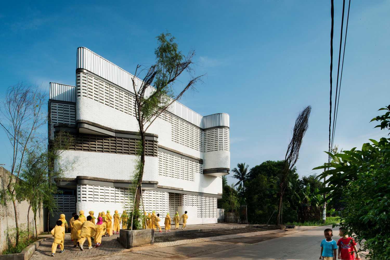 Foto inspirasi ide desain kontemporer Facade view oleh Aboday Architect di Arsitag