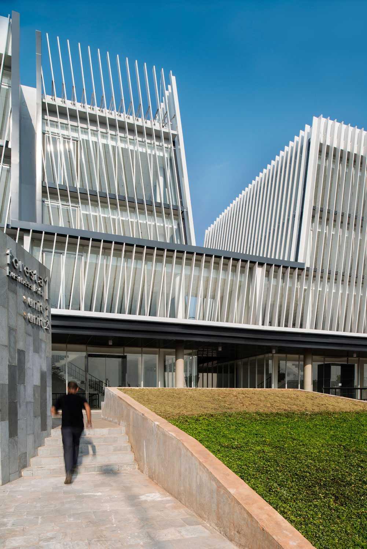 Foto inspirasi ide desain pintu masuk kontemporer Building-entrance-area oleh Aboday Architect di Arsitag