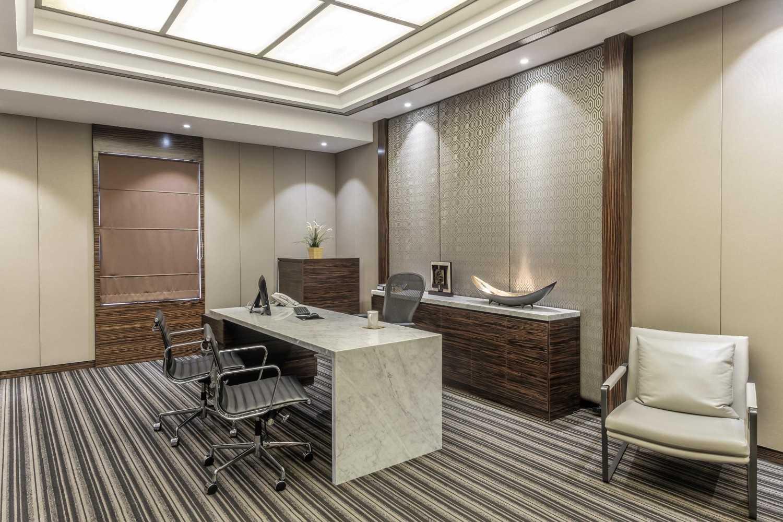 Foto inspirasi ide desain ruang kerja minimalis Office room oleh VIN•DA•TE di Arsitag