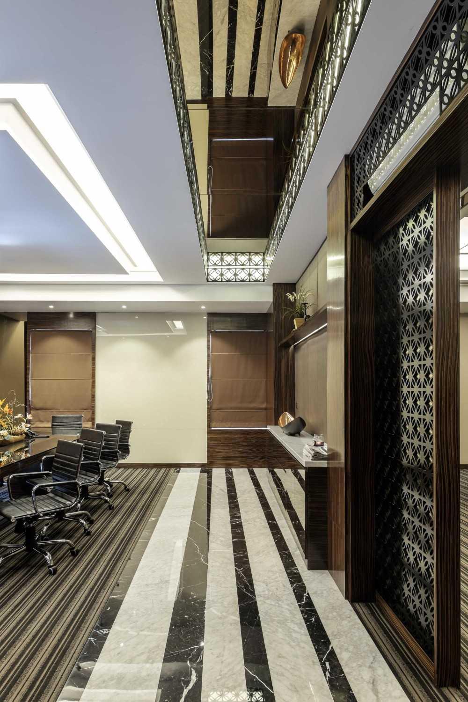 Foto inspirasi ide desain ruang meeting Meeting room oleh VIN•DA•TE di Arsitag