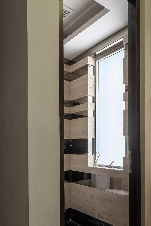 Foto inspirasi ide desain kamar mandi kontemporer Toilet oleh VIN•DA•TE di Arsitag