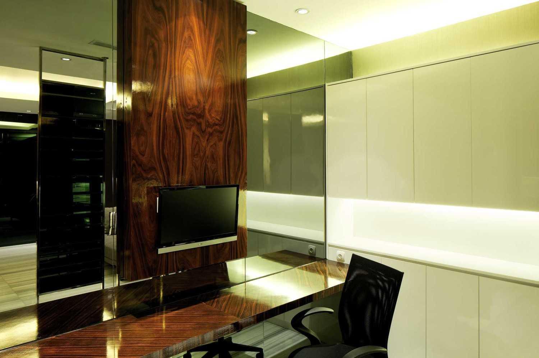 Foto inspirasi ide desain ruang kerja kontemporer Primeconsult-08-fi oleh VIN•DA•TE di Arsitag