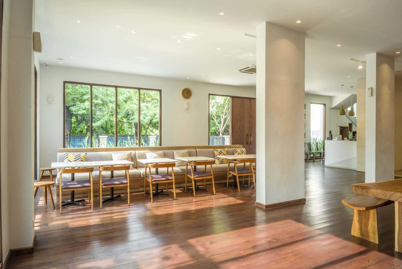 Foto inspirasi ide desain pintu masuk tropis Seating area interior view oleh VIN•DA•TE di Arsitag