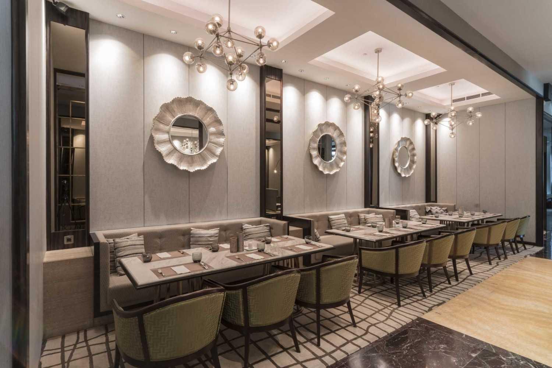 Foto inspirasi ide desain ruang makan kontemporer Seating area interior view oleh VIN•DA•TE di Arsitag