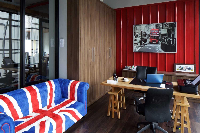 Foto inspirasi ide desain ruang kerja industrial Office room oleh VIN•DA•TE di Arsitag