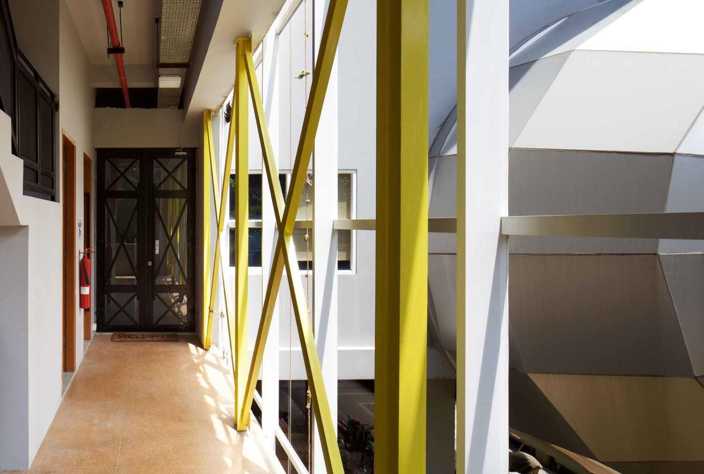 Foto inspirasi ide desain koridor dan lorong industrial Corridor oleh VIN•DA•TE di Arsitag