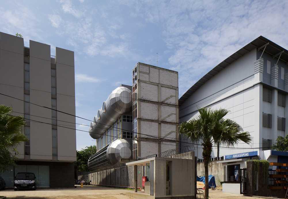 Foto inspirasi ide desain kantor industrial Front view oleh VIN•DA•TE di Arsitag