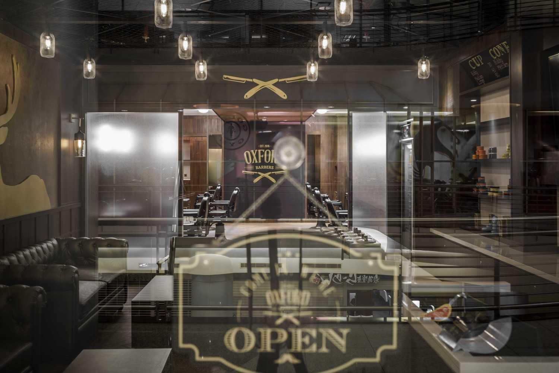 Foto inspirasi ide desain pintu masuk industrial Entrance door oleh VIN•DA•TE di Arsitag