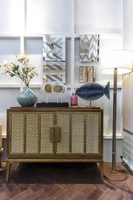 Foto inspirasi ide desain display area kontemporer Cabinet oleh VIN•DA•TE di Arsitag