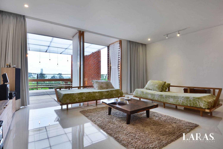 Foto inspirasi ide desain ruang keluarga tropis Family room oleh eben di Arsitag