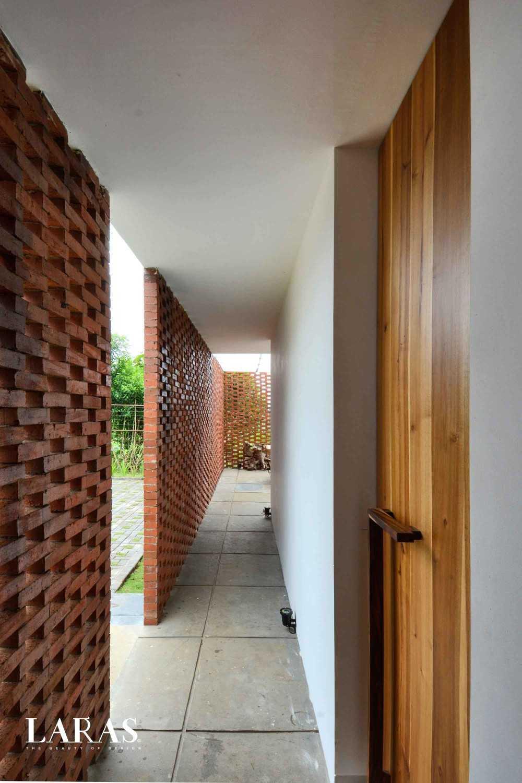 Foto inspirasi ide desain koridor dan lorong tropis Corridor oleh eben di Arsitag