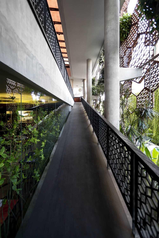 Foto inspirasi ide desain koridor dan lorong Ramp oleh MINT-DS di Arsitag