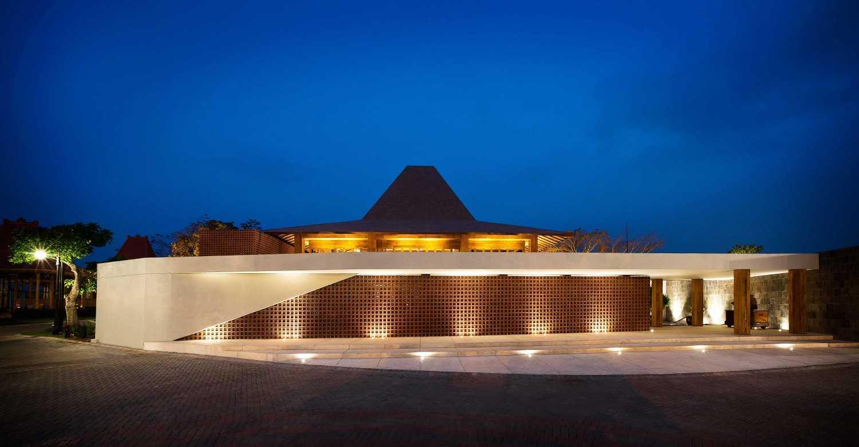 Foto inspirasi ide desain pintu masuk Entrance and drop off oleh MINT-DS di Arsitag