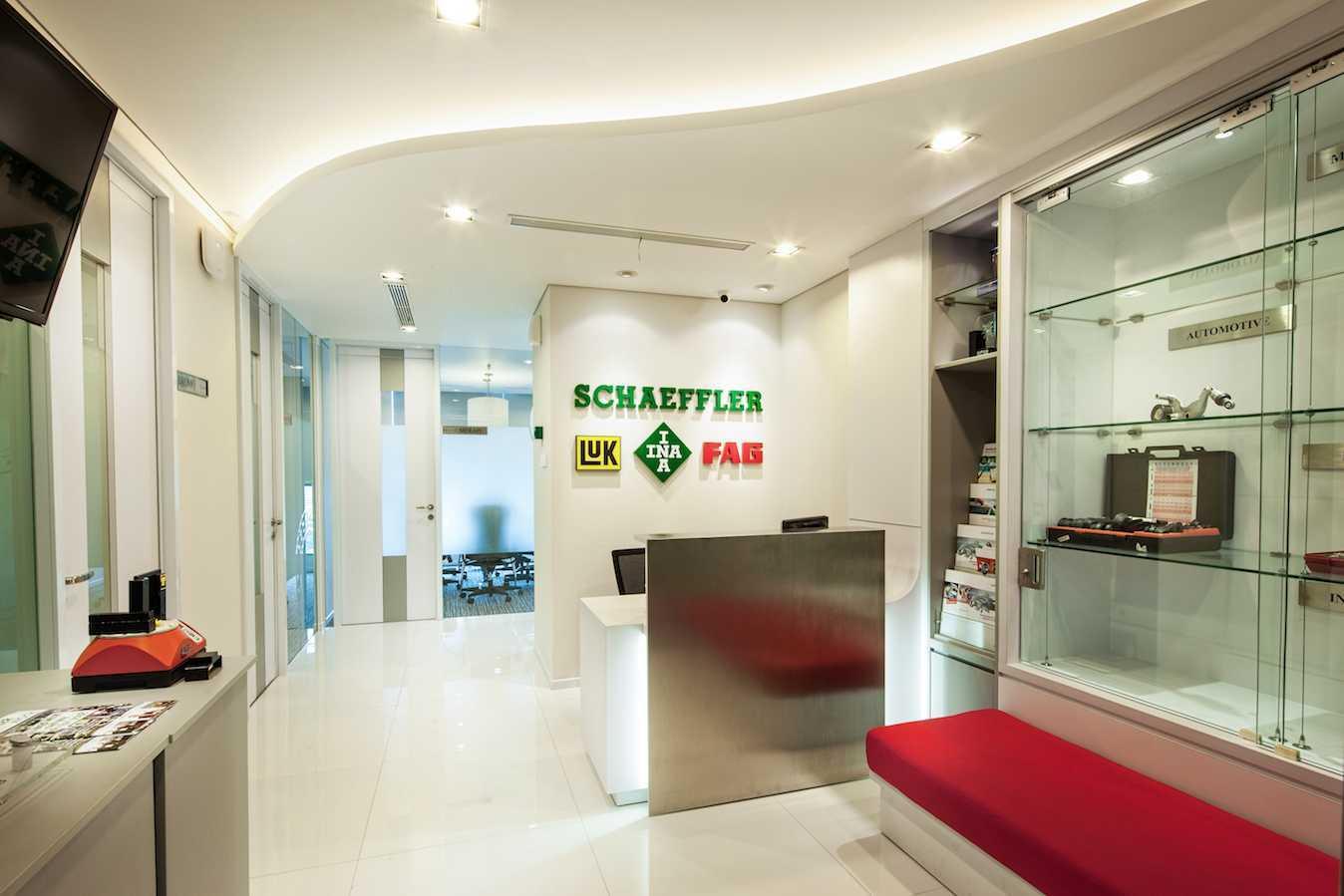 Foto inspirasi ide desain lobby skandinavia Reception area oleh PT Asa Adiguna di Arsitag