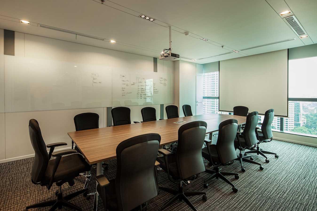 Foto inspirasi ide desain ruang meeting skandinavia Meeting room oleh PT Asa Adiguna di Arsitag