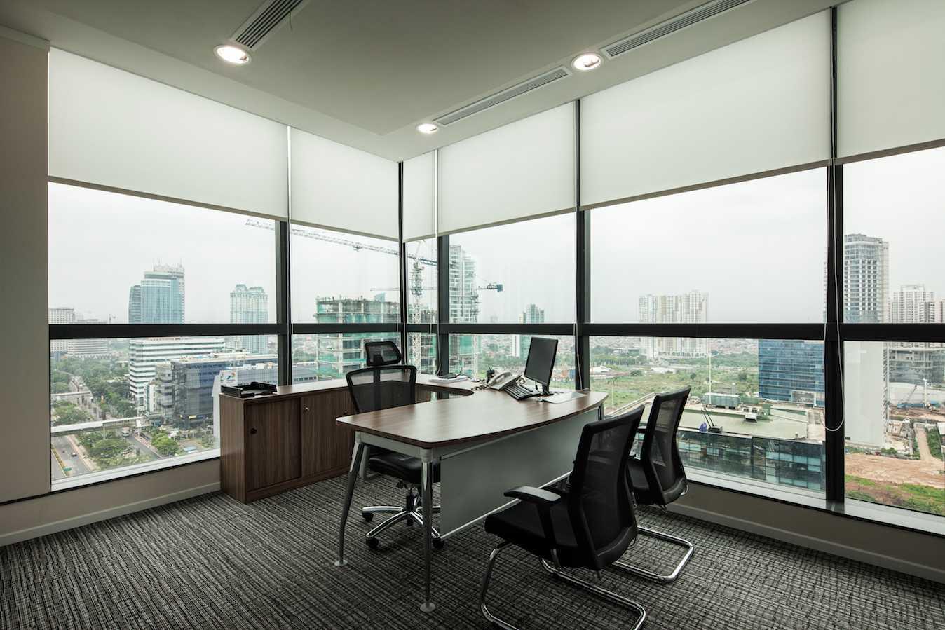 Foto inspirasi ide desain ruang kerja skandinavia Office room oleh PT Asa Adiguna di Arsitag