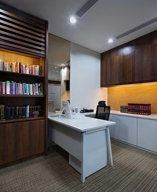 Pt Asa Adiguna Hanis & Hanis Advocate Sarinah Building Sarinah Building Working Room Minimalis 24583