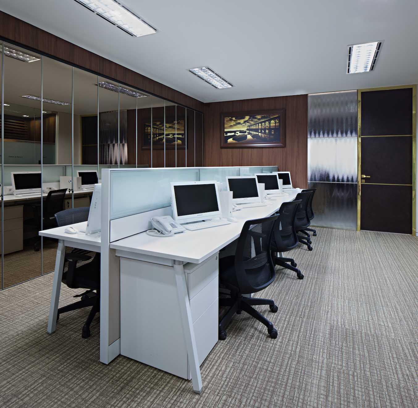 Foto inspirasi ide desain ruang kerja klasik Working area oleh PT Asa Adiguna di Arsitag