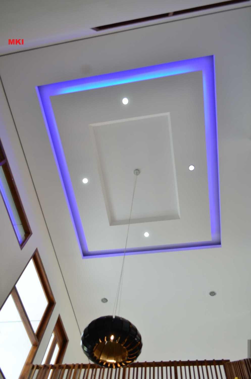 Foto inspirasi ide desain atap Ceiling and void in the family room oleh MKI di Arsitag