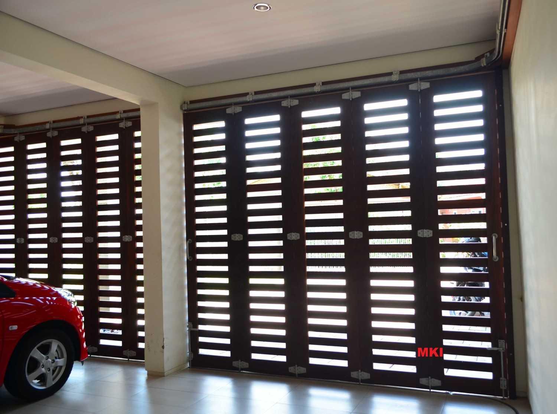 Foto inspirasi ide desain garasi Garage oleh MKI di Arsitag