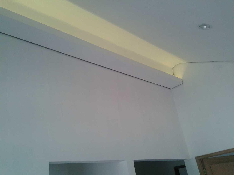 Foto inspirasi ide desain atap Detail plafon ruang keluarga oleh MKI di Arsitag