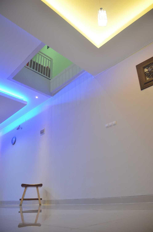 Foto inspirasi ide desain atap Void guestroom oleh MKI di Arsitag