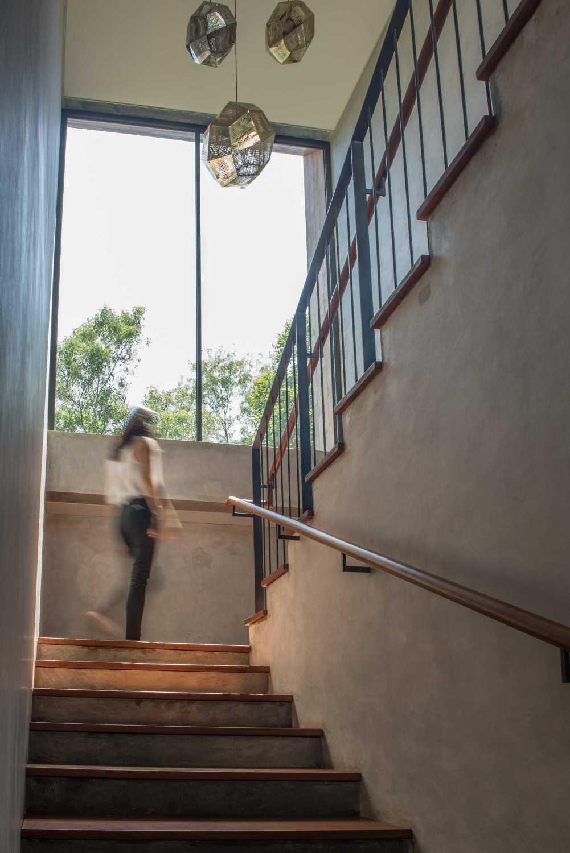 Foto inspirasi ide desain rumah modern Stairs oleh Tamara Wibowo di Arsitag