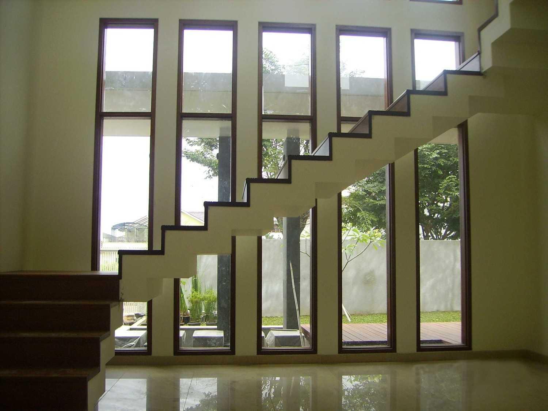 Foto inspirasi ide desain tangga tropis Stairs modernland oleh Kurniadi Sugiarta di Arsitag