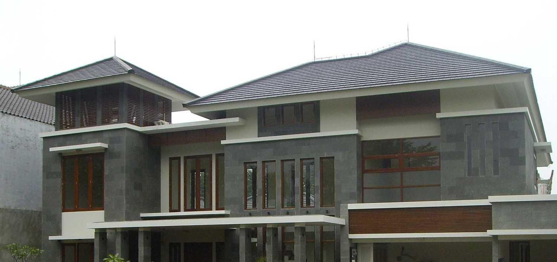 Foto inspirasi ide desain exterior tradisional Facade modernland oleh Kurniadi Sugiarta di Arsitag