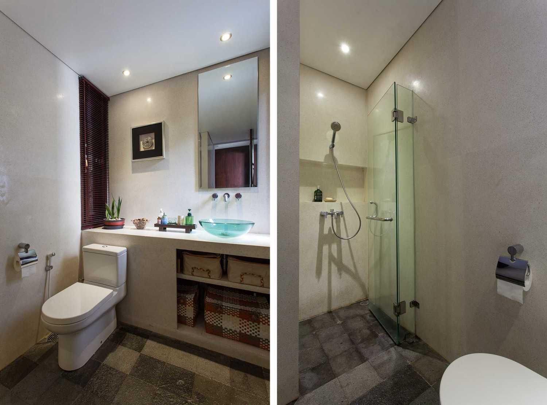 Foto inspirasi ide desain kamar mandi minimalis Bathroom oleh i n s p i r a t i o di Arsitag
