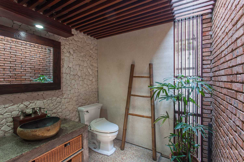Foto inspirasi ide desain kamar mandi tropis Bathroom oleh i n s p i r a t i o di Arsitag