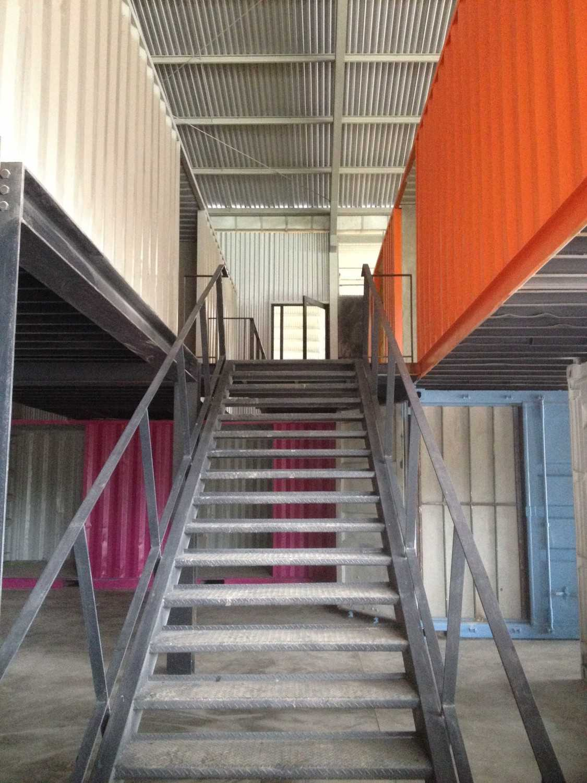 Foto inspirasi ide desain tangga industrial Stairs oleh i n s p i r a t i o di Arsitag