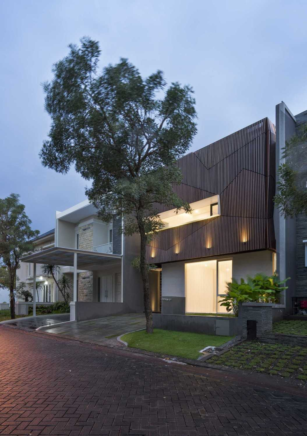 """Simple Projects Architecture """"s"""" House Pakuwon Indah, Surabaya - Indonesia Pakuwon Indah, Surabaya - Indonesia Side View  32967"""