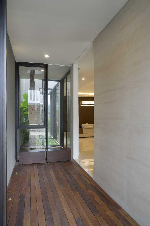 Foyer Modern Minimalis : Project quot s house desain arsitek oleh simple projects