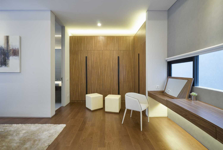 Foto inspirasi ide desain kamar tidur Master bedroom oleh Simple Projects Architecture di Arsitag