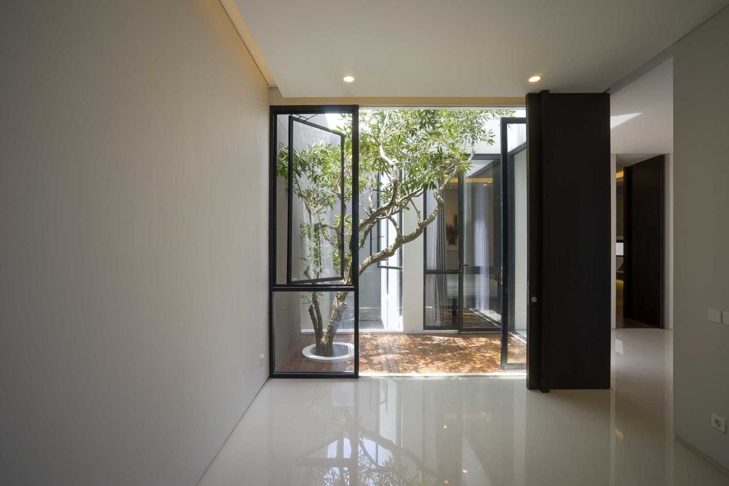 """Simple Projects Architecture """"s"""" House Pakuwon Indah, Surabaya - Indonesia Pakuwon Indah, Surabaya - Indonesia 2Nd Floor Room  32983"""