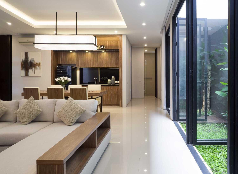 Foto inspirasi ide desain ruang keluarga Living room oleh Simple Projects Architecture di Arsitag